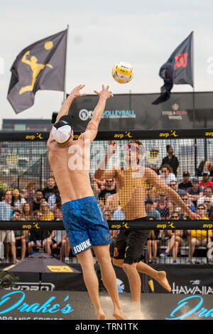 Taylor Crabb/Jake Gibb en compétition contre Tri Bourne/Trevor Crabb dans le 2019 New York City Open beach-volley Photo Stock