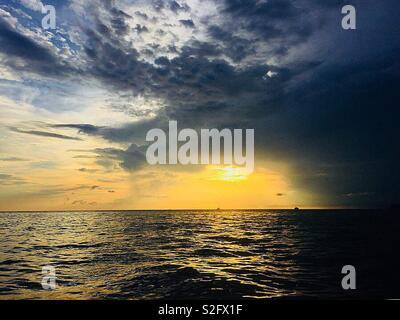 Belle vue depuis le bateau en route pour l'île de Tonsai Thaïlande - Krabi - coucher du soleil moment Photo Stock