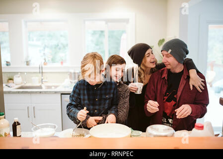 Affectueux family baking in kitchen Photo Stock