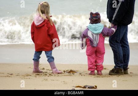 Photo de famille ensemble plage sécurisé safe kids papa UK Photo Stock