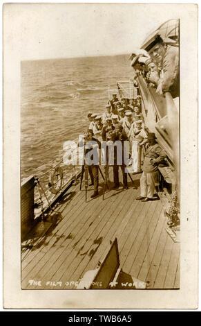 Le HMS Cardiff, la classe Ceres cruiser, avec une équipe de tournage au travail sur le pont -- le navire a participé à la production du film documentaire britannique de 1927, la bataille de Coronel et Malouines, réalisé par Walter Summers. Les batailles ont eu lieu en 1914. Date: vers le milieu des années 20 Photo Stock