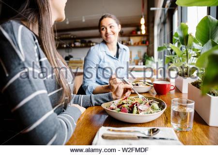 Les femmes dans le coin des amis Photo Stock
