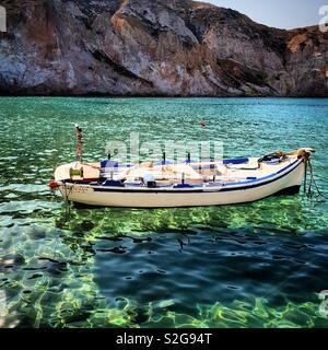 Bateau de pêche sur l'île de Milos, Grèce Photo Stock