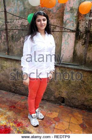 Enfant de la télévision pendant une cause artiste Annaya pour organzie le déjeuner pour certains enfants orphelins à l'occasion de l'Independence Day à Mumbai, Inde, le 15 août 2013. Utsava (Devdutta) Photo Stock