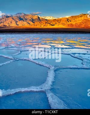 Poygons sel avec de l'eau en eux après la pluie tempête. Death Valley National Park, en Californie. Photo Stock