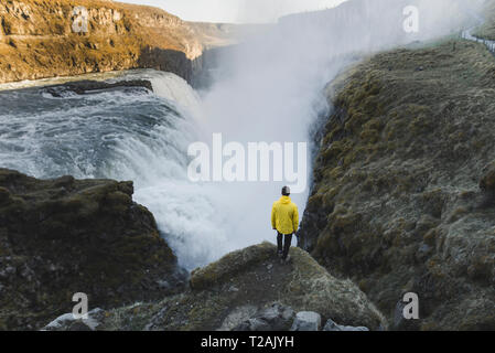 Randonneur par cascade de Gullfoss en Islande Photo Stock