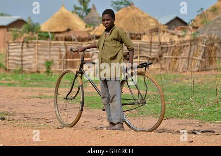 Géographie / billet, au Cameroun, les jeunes avec vélo à Ngaoundéré, Afrique centrale, Photo Stock