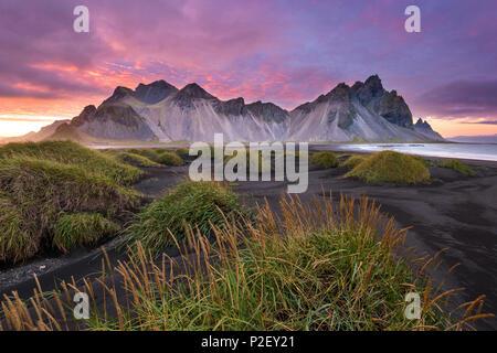Le coucher du soleil, Vestrahorn, Stokksnes, montagnes, plage, Islande, Europe Photo Stock