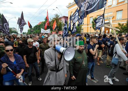 Un militant nationaliste ultra ukrainien parle à travers un mégaphone au cours d'une manifestation contre la Gay Pride Parade annuelle à Kiev.Plus de 8 000 personnes se sont rendues à Kiev pour la Gay Pride Parade annuelle. La sécurité est serré que les militants d'extrême droite, a tenté de perturber la fête. Les manifestants, brandissant des drapeaux ukrainiens et arc-en-ciel et porter des costumes colorés, ont défilé dans le centre de la capitale, alors que des milliers de policiers et de troupes de la Garde nationale étaient là, pour assurer l'ordre. Photo Stock