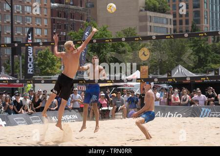 Tri Bourne/Trevor Crabb en compétition contre Chase Budinger/Casey Patterson dans le 2019 New York City Open beach-volley Photo Stock