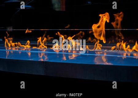 Flammes dans un élément décoratif à l'intérieur d'un bâtiment. Photo Stock