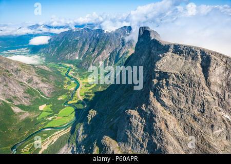 Vue aérienne sur la vallée de Romsdalen, Møre og Romsdal (Norvège). L'apogée Romsdalshorn, 1550 m, est juste à droite du centre. Photo Stock