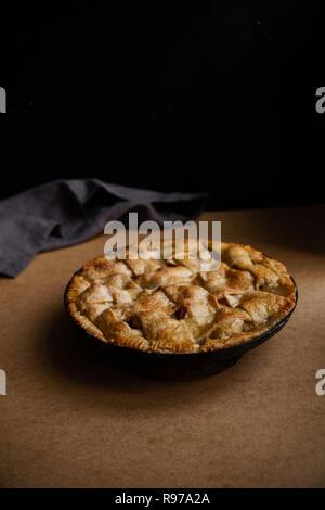 Tarte aux pommes avec des décors sur fond beige avec une serviette textile Photo Stock