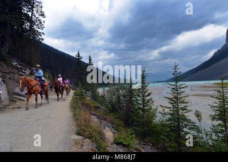Promenade à cheval le long de la vallée du Lac Louise, Canada, Canadian Rockies Photo Stock