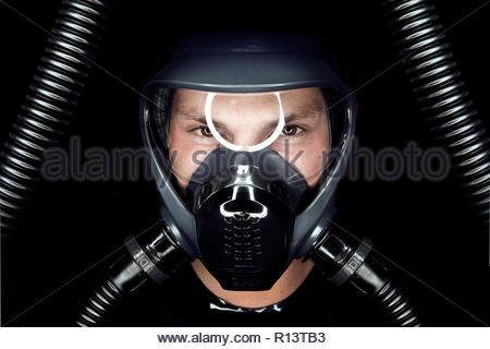 Gros plan d'un jeune homme portant un masque Photo Stock