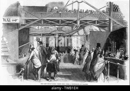 Les visiteurs de la Cour est de l'Inde artisanat indigènes admirer les. Date: 1851 Photo Stock