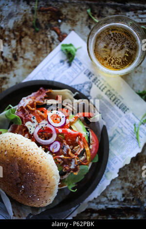 Champignons Portobello grillés délicieux burger avec beaucoup de légumes. Photo Stock
