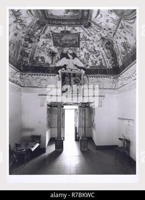 Lazio Roma Poli Palazzo dei Conti, c'est mon l'Italie, l'Italie Pays de l'histoire visuelle, vues extérieures de 12e. c. palace, entièrement refait en 16e. c. y compris les flancs, chapelle et portal menant à la cour. Plusieurs vues de la fontaine de la cour intérieure et d'une loggia, y compris les fresques au plafond. De nombreuses vues du salon et de ses fresques. Vues de chapelle privée, avec peinture de l'autel par Cavaliere d'Arpino et statues d'albâtre. De nombreuses vues de hall d'entrée et de ses fresques. Antiquités deux vues de sarcophage romain utilisé comme bassin d'eau. Photo Stock