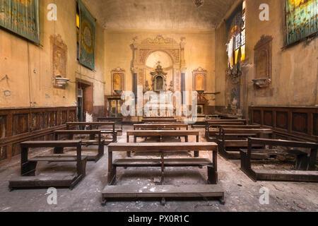 Vue intérieure d'une église abandonnée en Italie. Photo Stock