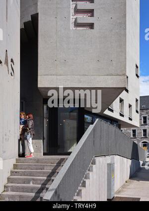 Le long de la perspective et de béton entrée façade sur rue. Pálás Cinéma, Galway, Irlande. Architecte: dePaor, 2017. Photo Stock