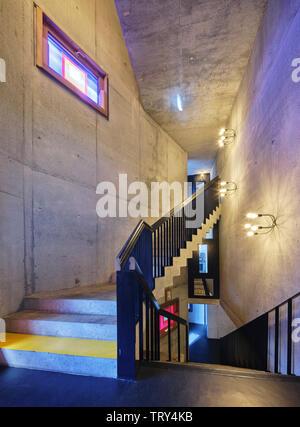 Fenêtre enduits de résine du voyant d'escalier en béton. Pálás Cinéma, Galway, Irlande. Architecte: dePaor, 2017. Photo Stock
