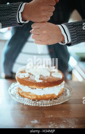 Femme avec un beau gâteau cuit au four. Photo Stock
