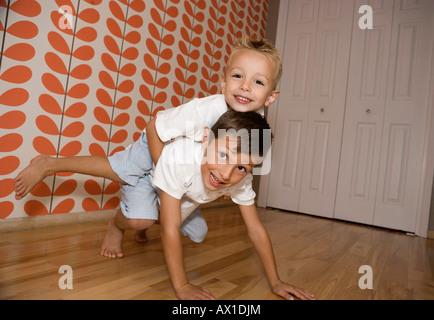 Deux jeunes garçons se bousculer amicalement Photo Stock
