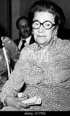 Mai 07, 1979; Athènes, Grèce; le célèbre gérontologue roumaine a découvert un nouveau médicament qui guérit le cerveau, le arteriiosclerosis annesia et la sénilité du système nerveux central et le cœur. Le Dr Anna ASLAN est né à Vraila de Roumanie en 1897. Elle a étudié à l'école de médecine de Bucarest et elle était spécialisée dans la cardiologie et nosologie spéciale. Elle a obtenu son diplôme avec l'érudition et a travaillé comme assistante d'un ddermatology chirurgie. Plus tard comme professeur à la clinique du Dr célèbre Danielopoulos. Photo Stock