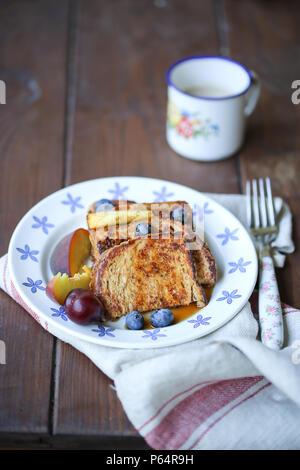 Le pain perdu et les fruits dans une assiette blanche Photo Stock