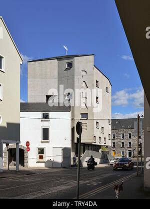L'altitude d'ouest avec cinema's nom gravé dans la façade en béton. Pálás Cinéma, Galway, Irlande. Architecte: dePaor, 2017. Photo Stock
