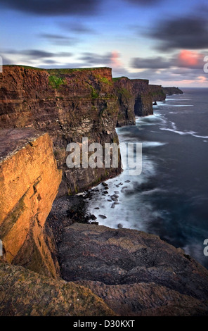 Les falaises de Moher au crépuscule. Co Clare, Irlande Photo Stock