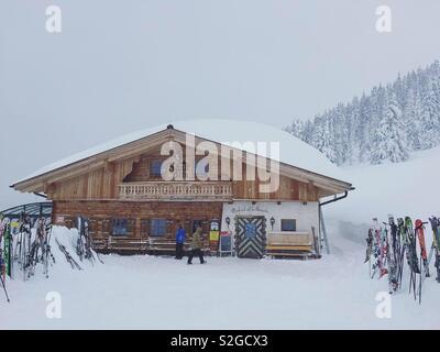 Ski Lodge ou Hütte situé dans les Alpes autrichiennes. Photo Stock