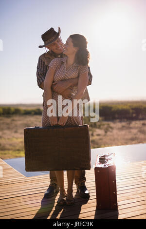 Senior couple hugging les uns les autres à l'hôtel Photo Stock