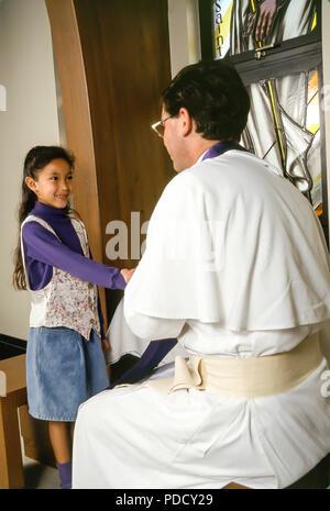Jeune fille serre la main de prêtre comme message d'accueil pour commencer la réconciliation M. © Myrleen ....Pearson Ferguson Cate Photo Stock