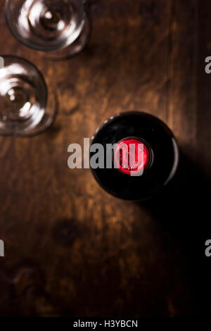Bouteille de vin rouge et deux verres sur la table en bois. Vue de dessus avec l'exemplaire de l'espace. Photo Stock