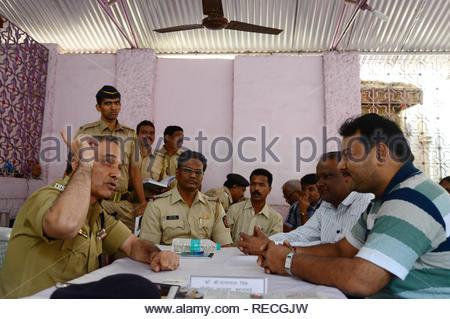 Le commissaire de police de Mumbai Dr Satyapal Singh interagit avec les gens au cours de la police de Mumbai Janata Darbaar à Mumbai, Inde, le 5 janvier 2013. (Krishanu Nagar) Photo Stock