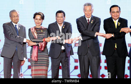 (L-R) les dirigeants de l'ASEAN, le Premier Ministre de la Malaisie Mahathir bin Mohamad, Conseiller d'état de la République de l'Union du Myanmar, Aung San Suu Kyi, Président de la République des Philippines Rodrigo Duterte Roa, Président de la république du Singapour Lee Hsien Loong, Premier Ministre de la Thaïlande Prayuth Chan-ocha, pose pour une photo de groupe lors de la cérémonie d'ouverture 34e Sommet de l'ASEAN à Bangkok. Le sommet de l'ASEAN est une réunion semestrielle tenue par les membres de l'Association des nations de l'Asie du Sud-Est (ANASE) dans les domaines économique, politique, de la sécurité et de développement socio-culturel de l'Asie de cou Photo Stock