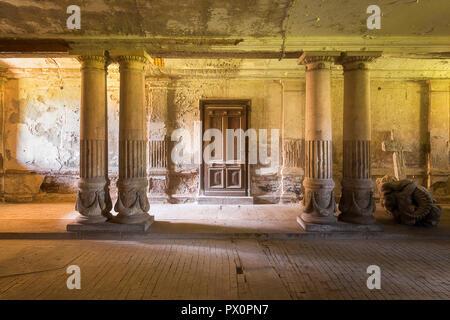 Passage d'un cheval dans un palais abandonné appelé Bozkow en Pologne. Photo Stock