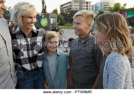 Parler de la famille au cinéma dans le parc Photo Stock