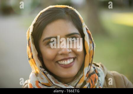 Souriant, heureux portrait femme musulmane portant le hijab Photo Stock