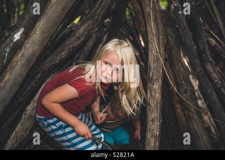 Enfant jouant dans les bois Photo Stock