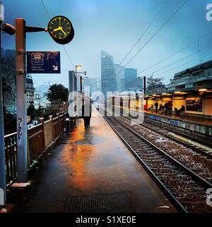 Gare à COURBEVOIE près de la Défense, France Photo Stock