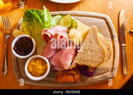 Ploughman's Lunch traditionnel de l'Angleterre Photo Stock