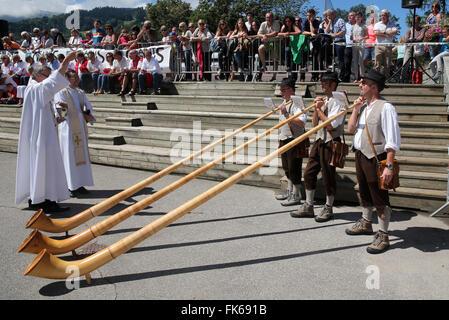 Guides de montagne traditionnelle Saint-Gervais festival, cors des Alpes, Saint-Gervais-les-Bains, Haute Savoie, Photo Stock