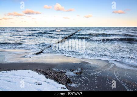 Lever du soleil, la plage, l'hiver, la neige, la mer Baltique, Darss, Zingst, Allemagne Photo Stock