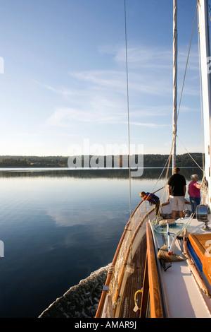 Une famille sur un bateau à voile Photo Stock