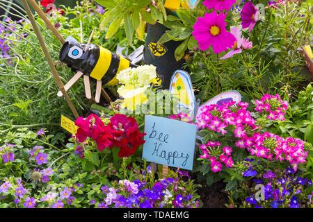 Christchurch Dorset, UK. 14Th Jun 2019. Le 2e FlowerFest a lieu dans la ville historique de Christchurch, soutenir localement occupent MacMillan brique par brique appel. Nous avons tous besoin de TLC et ensemble nous lient la Communauté avec des projets particulièrement floral, nature ou le jardin. Aujourd'hui est le premier jour de l'événement de trois jours où les visiteurs peuvent suivre un sentier de fleurs autour de la ville. Brouette - Concours merveilleux les écoles Les écoles de la plante d'une brouette et volant à l'Quomps d'aller à l'écran pour gagner des bons pour leur école. Credit: Carolyn Jenkins/Alamy Live News Photo Stock