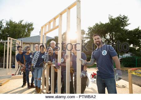 Portrait confiant les bénévoles aide à accroître la chambre Photo Stock