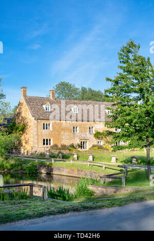 Maison en pierre de Cotswold en fin de soirée la lumière. Wyck Rissington, Cotswolds, Gloucestershire, Angleterre Photo Stock