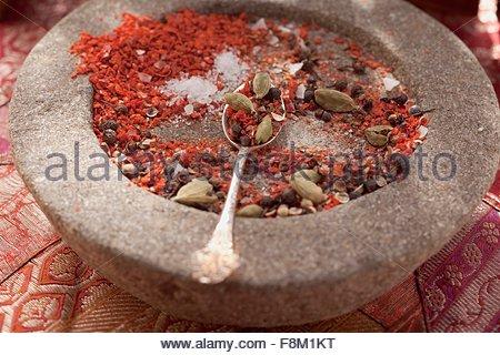 Le mélange d'épices dans le mortier Photo Stock